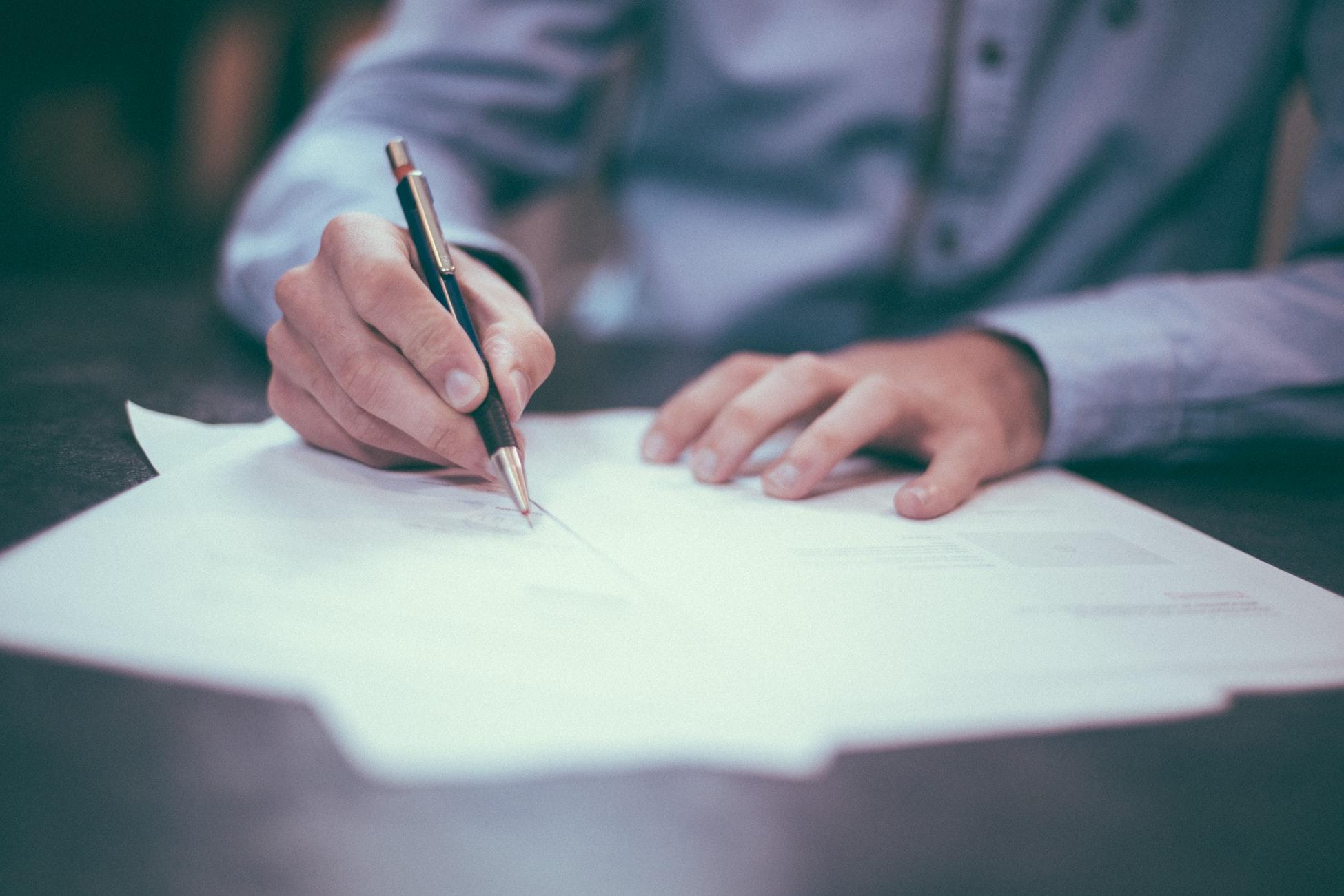 保険営業マンに説明されるがままに保険に契約する新社会人