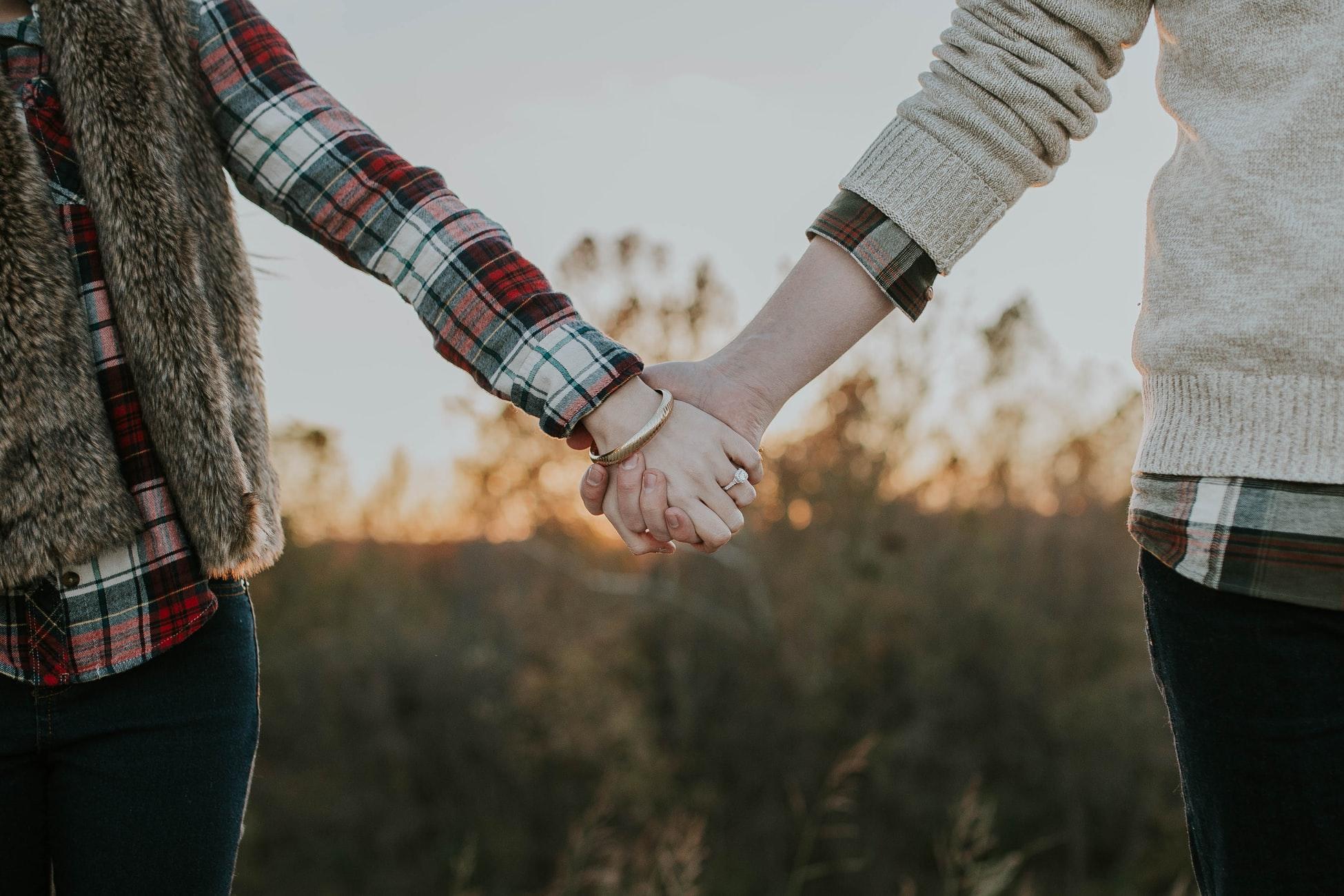 仲の良い夫婦が手を繋いでいる画像