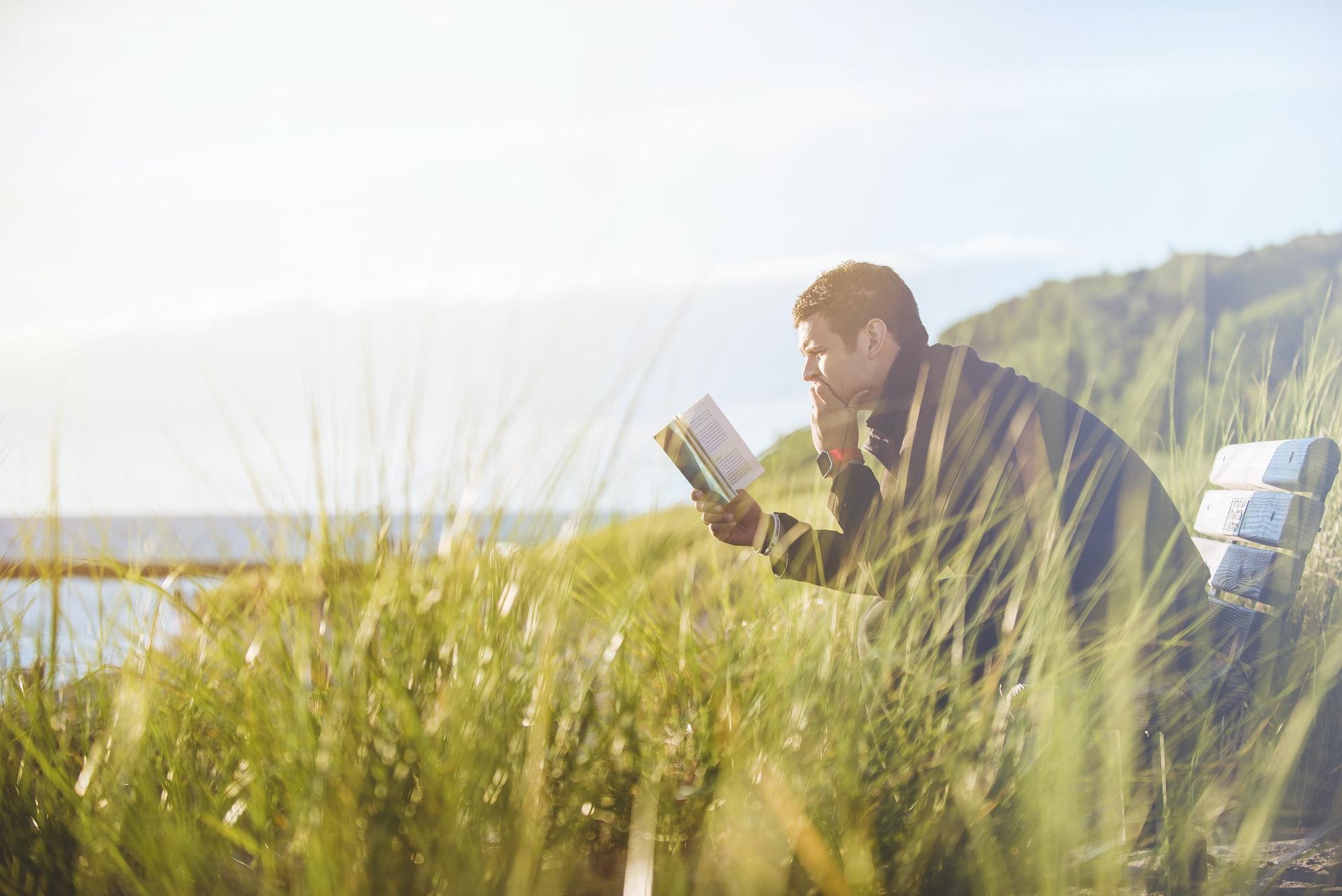 早期退職後に読書をライフワークにしている男性