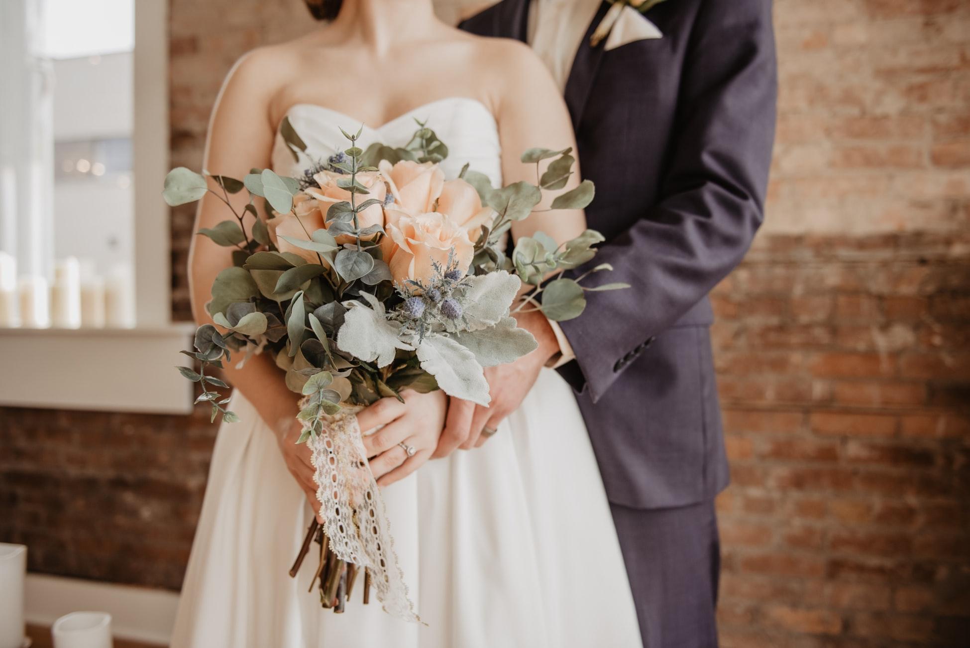 結婚式をする幸せな男女